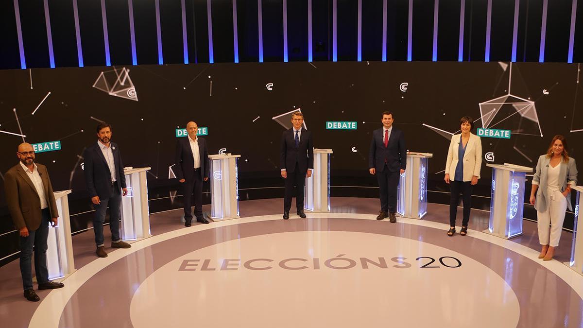 Los candidatos posan antes de comenzar el debate electoral // CRTVG