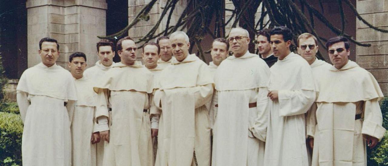 Dominicos en el claustro de Corias en 1962, en una imagen cedida por la asociación Tous pa Tous. | R. D. Á.