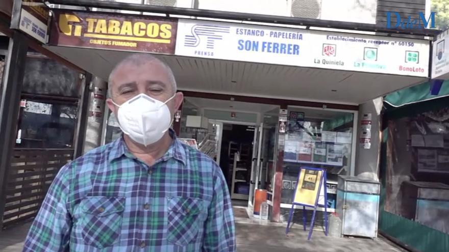 Jose Luis Pereira, del estanco de Son Ferrer, en Calvià, reparte un cuarto premio de la Lotería de Navidad