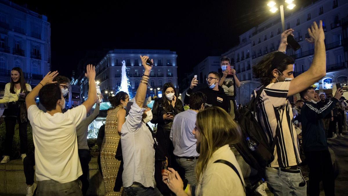 Ambiente en la Puerta del Sol de Madrid tras el fin del estado de alarma, este 9 de mayo.