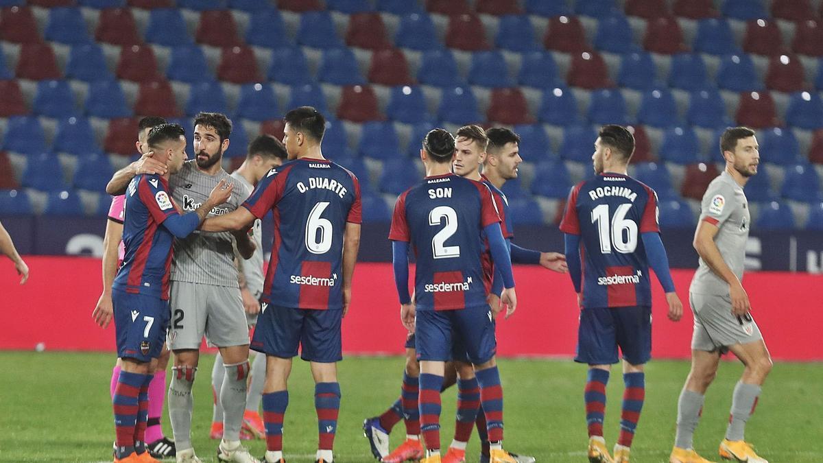 Los jugadores de Levante y Athletic, en la  polémica del final de partido.  j.m.lópez