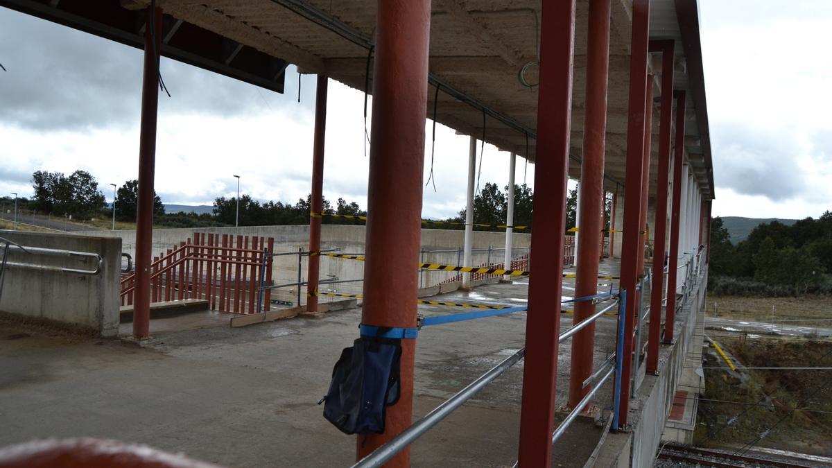 Obras del paso elevado de acceso al segundo andén de la estación de Otero.