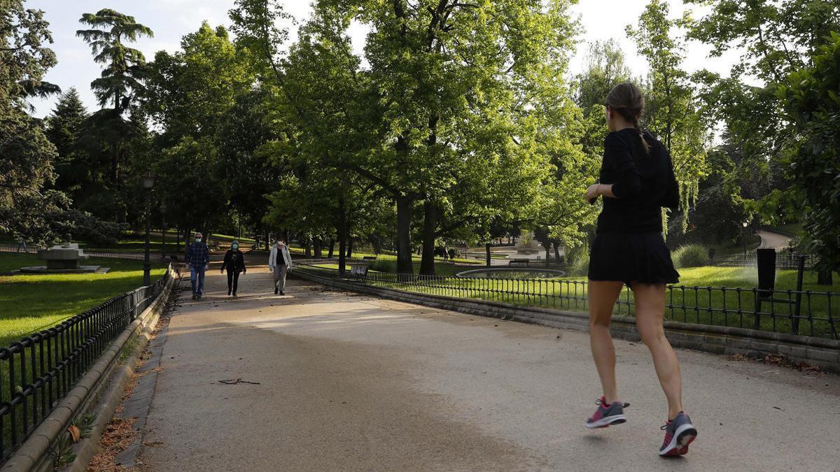 Una mujer practica deporte por el parque Berlín de Madrid.