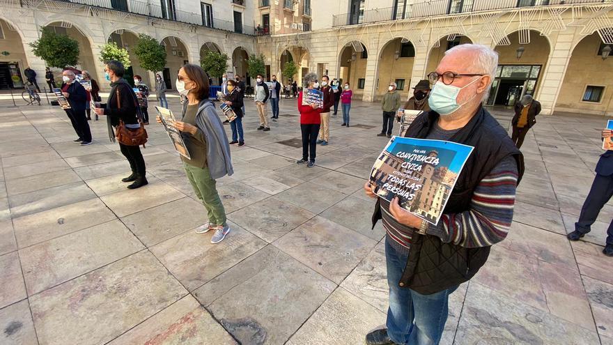 Protesta frente al Ayuntamiento de Alicante por la Ordenanza contra la Mendicidad y la Prostitución