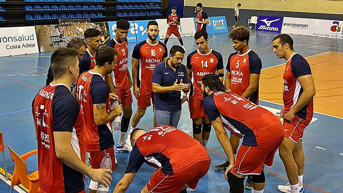 Gabi Navarro (centro) da instrucciones a los jugadores del Arona Intersport durante un tiempo muerto.