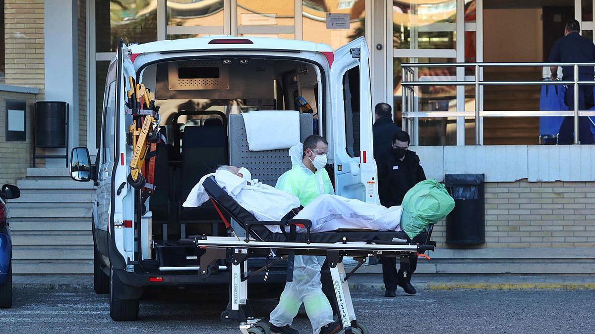 Traslado de una paciente con coronavirus en las instalaciones del antiguo hospital La Fe en Campanar. | J.M.LÓPEZ