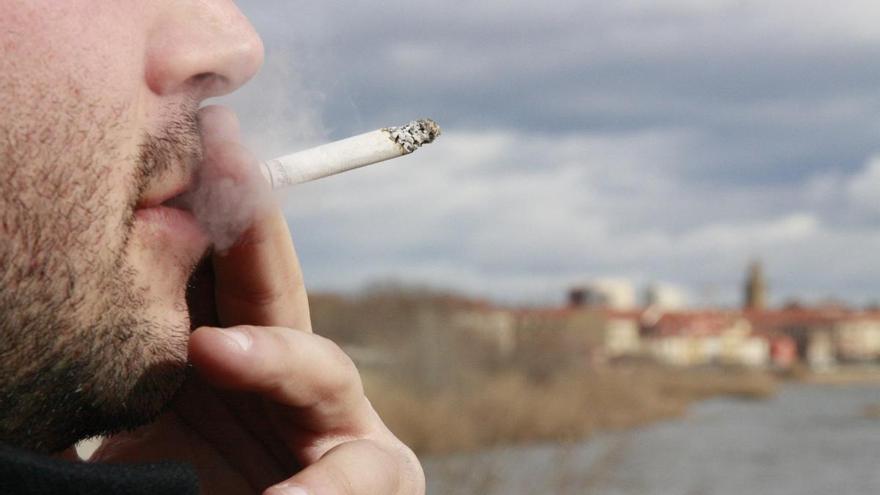 La Generalitat estudia prohibir fumar en la calle