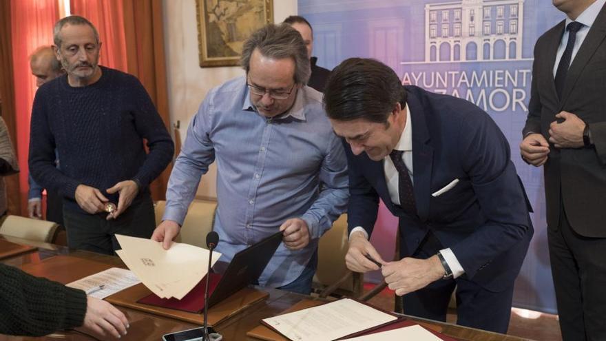 Francisco Guarido y Juan Carlos Suárez-Quiñones firman el acuerdo.