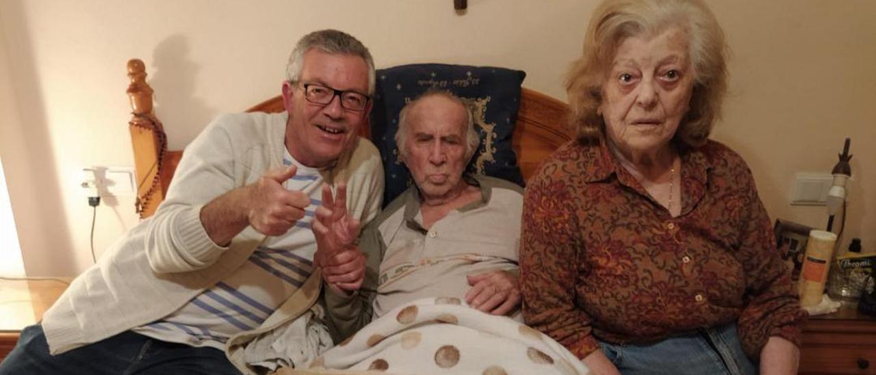 Gregorio Soler, ya en su casa de El Campello, con su mujer, Clara, y su hijo José Antonio.
