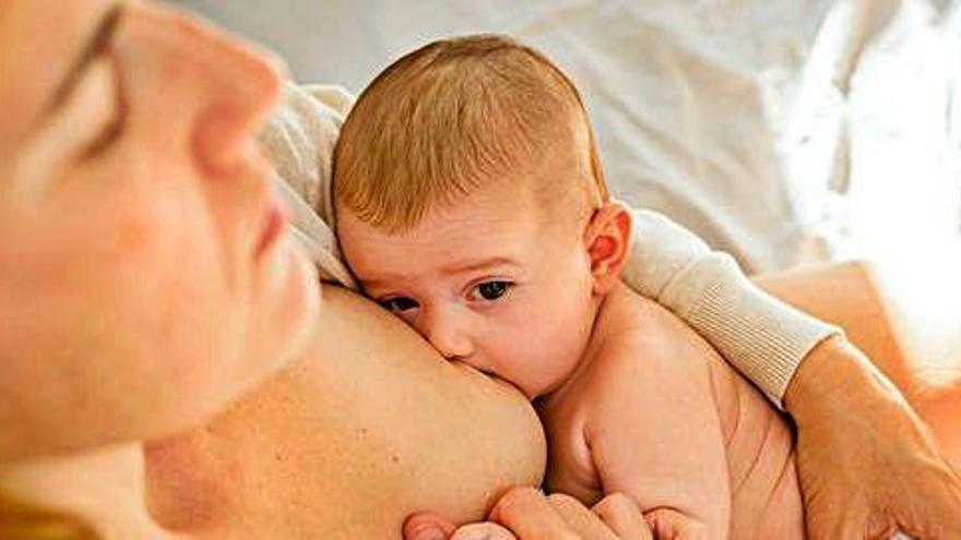 La sanitat pública impulsa grups per ajudar les mares a deixar de donar el pit