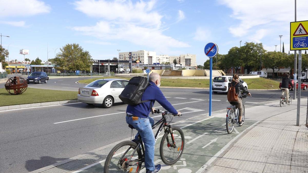 Ciclistas transitando en una vía para bicis.
