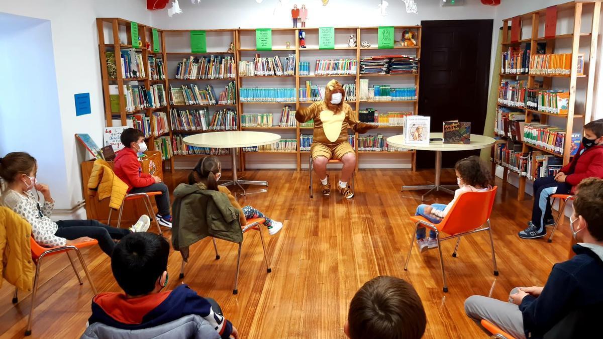 Juan Antonio Menoyo relata a los niños los cuentos elegidos para el taller