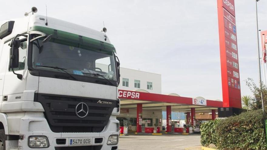 """""""Si nosotros caemos malos conducirán los militares"""": así viven la crisis los camioneros"""
