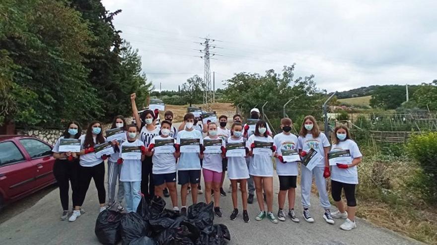 El Ayuntamiento de Cabra y ciudadanos emprenden acciones de limpieza 'Por un entorno sin basuraleza'