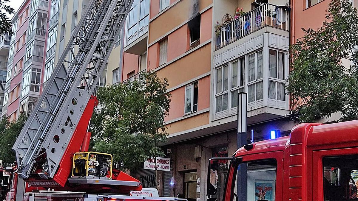 Imagen de la vivienda afectada por las llamas en la calle El Greco del barrio O Couto.   | // FDV