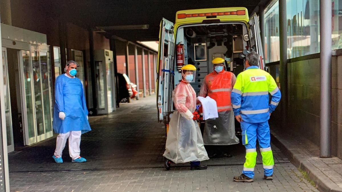 Sigue la última hora del coronavirus en Zamora. En la imagen, personal sanitario a las puertas del Hospital Virgen de la Concha de Zamora.