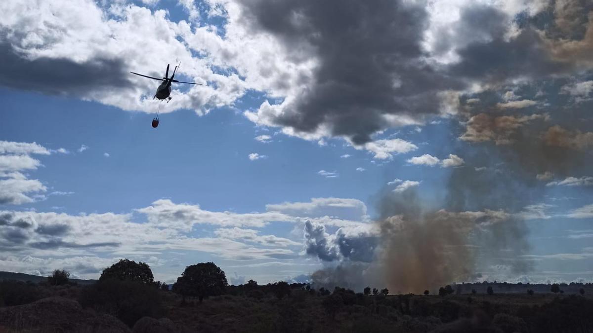 Un helicóptero se dirige al incendio de Villardeciervos.