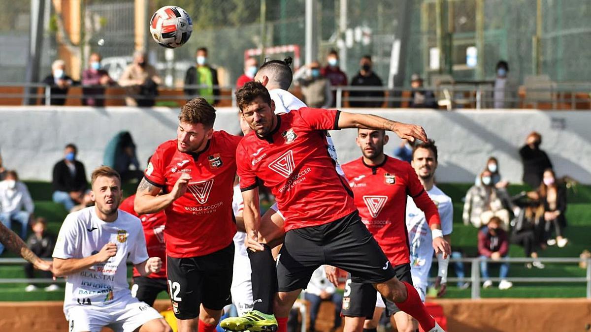 Los jugadores nucieros disputan un balón, ayer en el Municipal de Santa Eulalia.