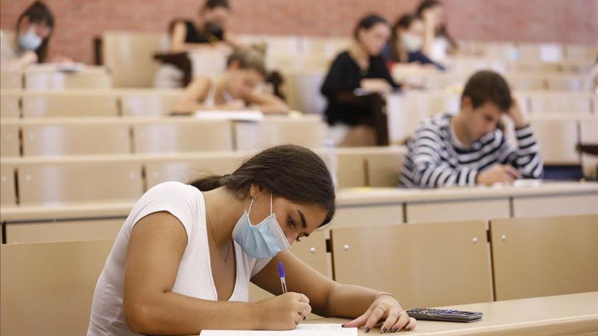 Alumnos de examen en la EBAU en Extremadura.