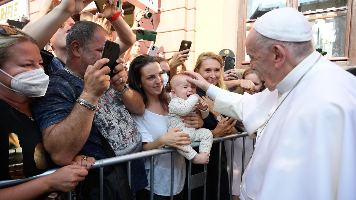 El Papa saluda a un grupo de fieles la semana pasada en Eslovaquia.