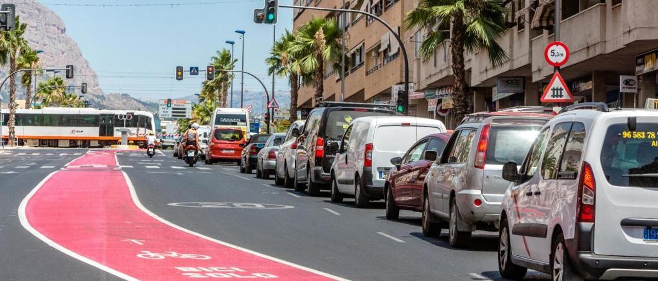 La afluencia de turistas y el paso a nivel colapsan el acceso a Benidorm