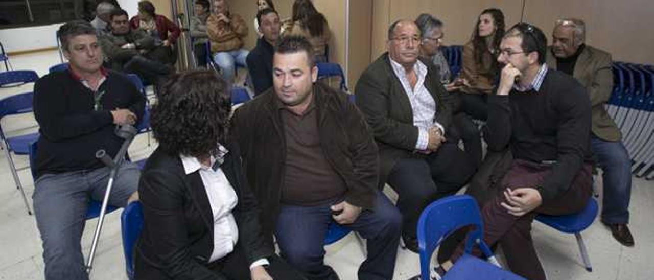 El alcalde de Tuineje, Salvador Delgado, con muletas, junto a sus compañeros del consejo político local.