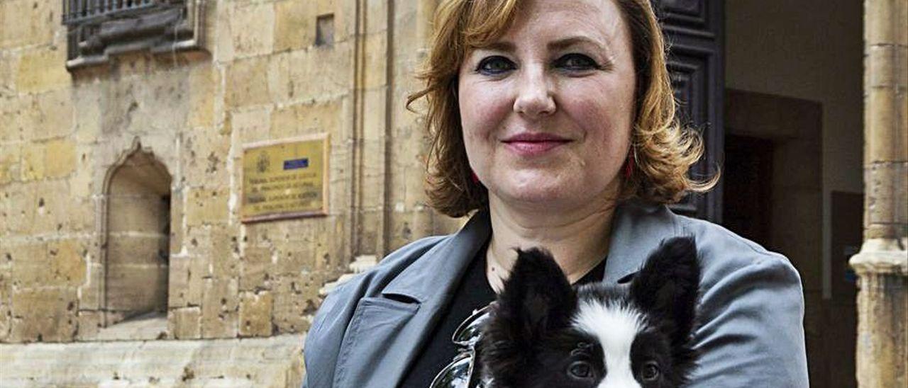 La abogada Nuria Menéndez de Llano, con su perra 'Selma'.