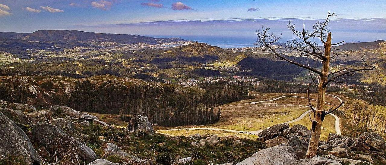 Imagen tomada desde el pico del Monte Galiñeiro en Morgadáns, con Nigrán y Baiona al fondo.