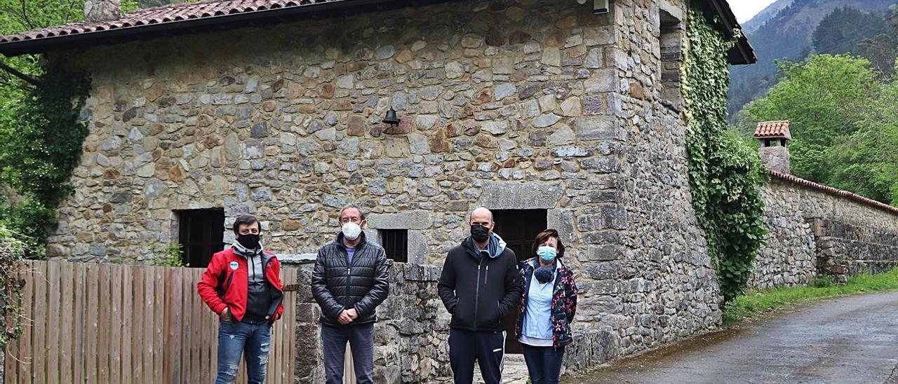 Por la izquierda, José Antonio Busto, Juan Carlos Cangas, Jorge Valle y Azucena Álvarez, junto a un molino convertido en vivienda en Santianes del Agua (Ribadesella). | Á. F.