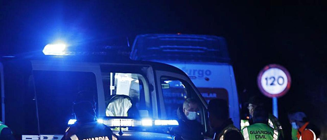 Agentes de la Guardia Civil junto a la furgoneta que atropelló a Ángel Antonio Ambrosio, en el recuadro. | Ángel González