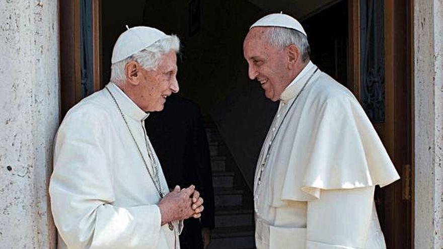 El celibato enfrenta a los dos Papas