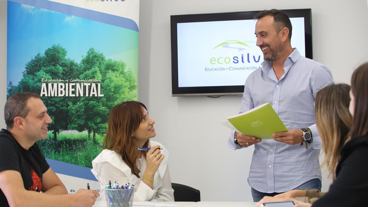 Arturo Collados, gerente de Ecosilvo, junto a parte del equipo de la empresa.