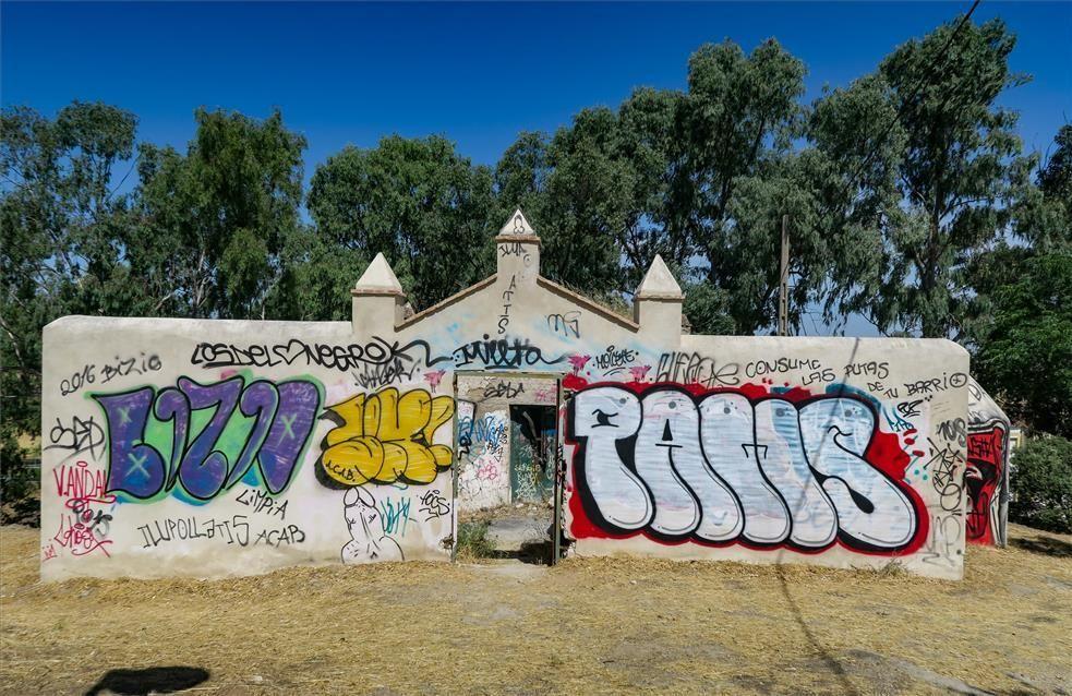 Suciedad y pintadas en el Paseo Alto de Cáceres