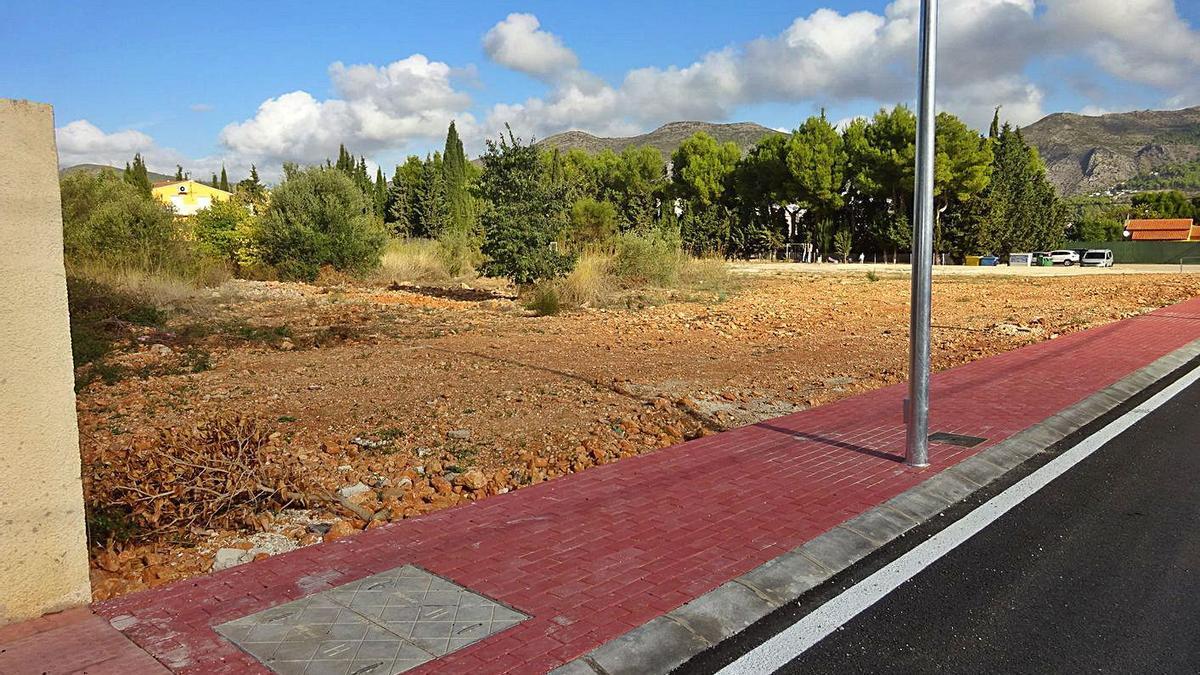 El terreno donde se levantará el nuevo colegio de Xaló.   CARLOS LÓPEZ