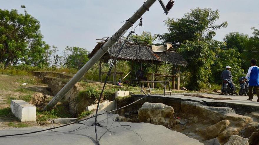 Al menos 35 víctimas mortales y más de 600 heridos tras un terremoto en Indonesia
