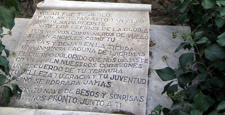 Epitafio en la tumba de la azafata Maribel Sastre. / Edwin Winkels