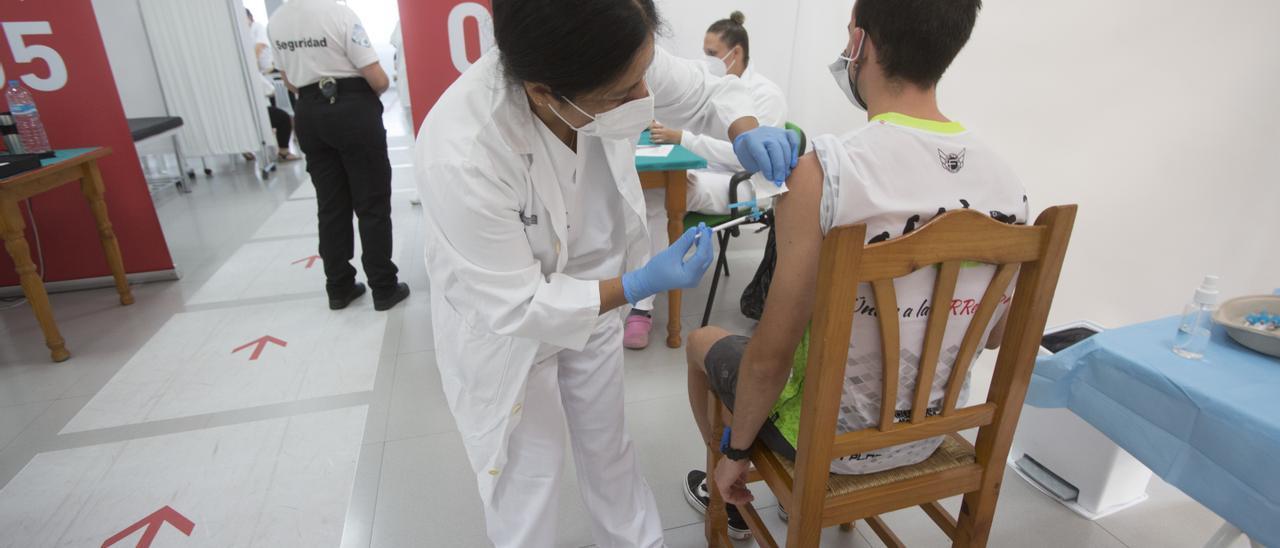 Un joven vacunándose este martes en San Vicente del Raspeig.