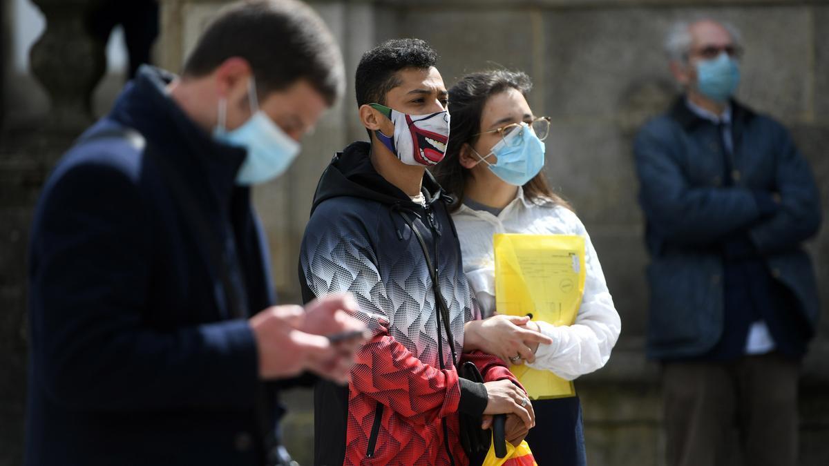 Gente paseando ayer por la calle con sus mascarillas, en Pontevedra