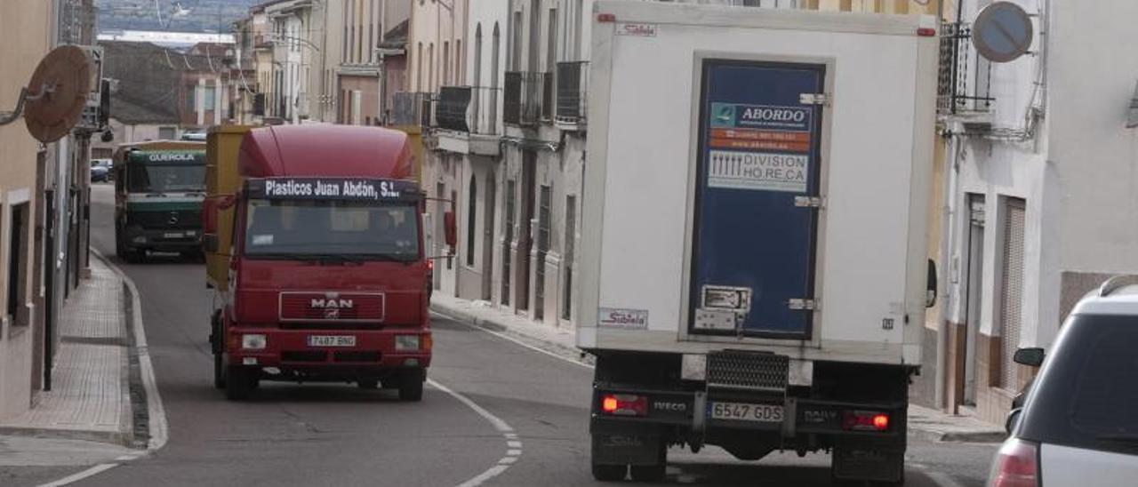 Tres camiones, a su paso por las calles de Alfarrasí, en una imagen de archivo.    PERALES IBORRA