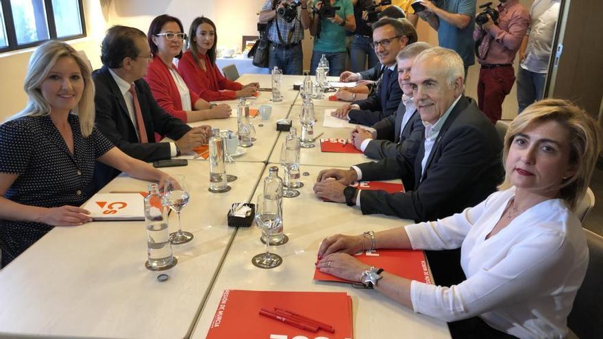 El PSOE allana el camino hacia el pacto con Cs al renunciar al Impuesto de Sucesiones