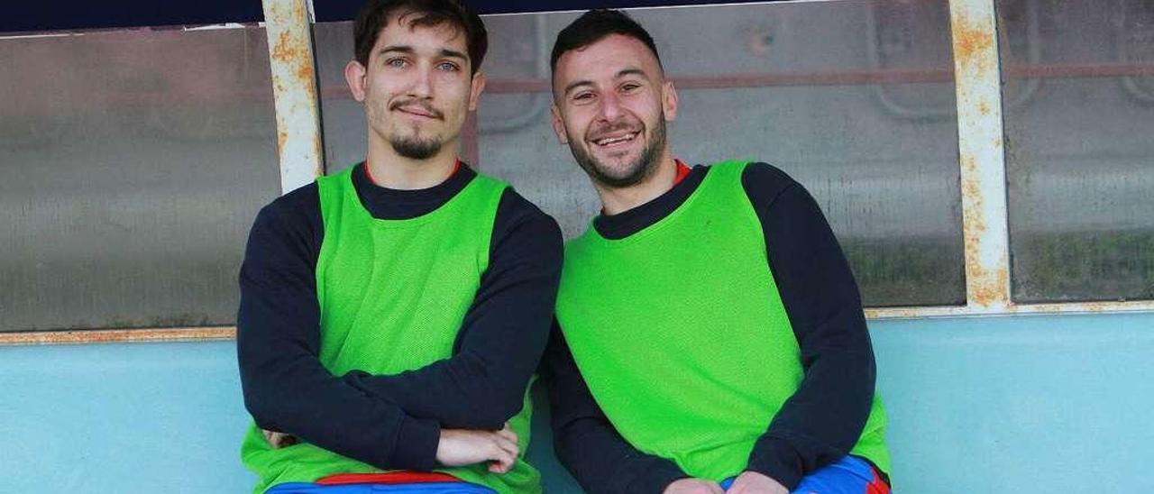 Isi, en el banquillo junto a Rubén Arce, antes de arrancar el partido frente al Estradense. // Iñaki Osorio