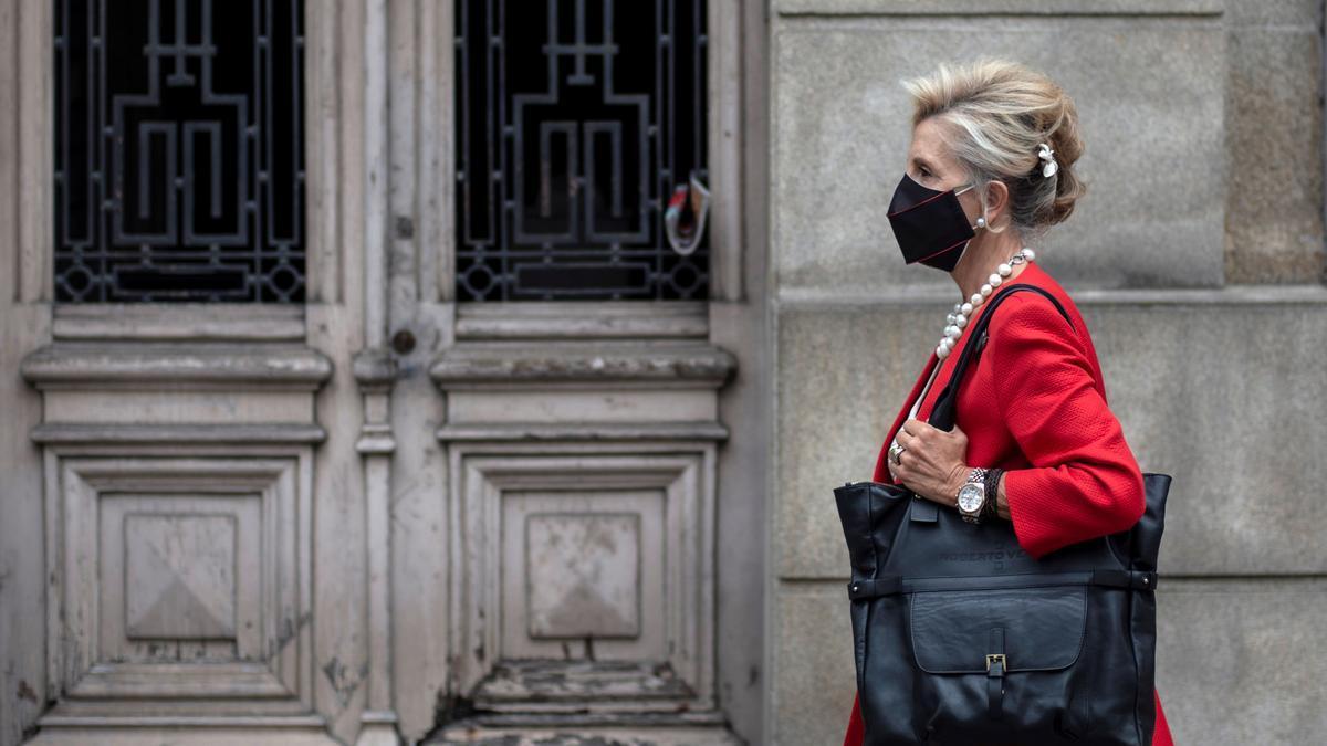 Una mujer con una mascarilla por la calle.