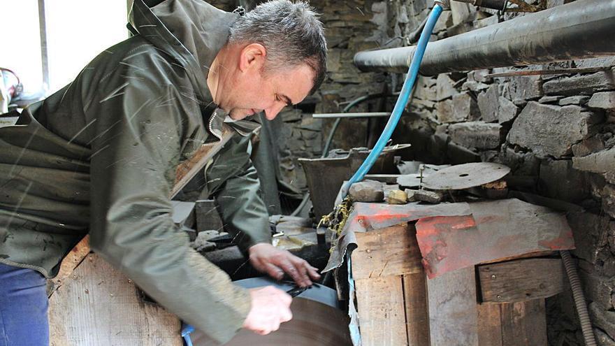 El sector cuchillero de Taramundi resiste la crisis, pero necesita el regreso del turista