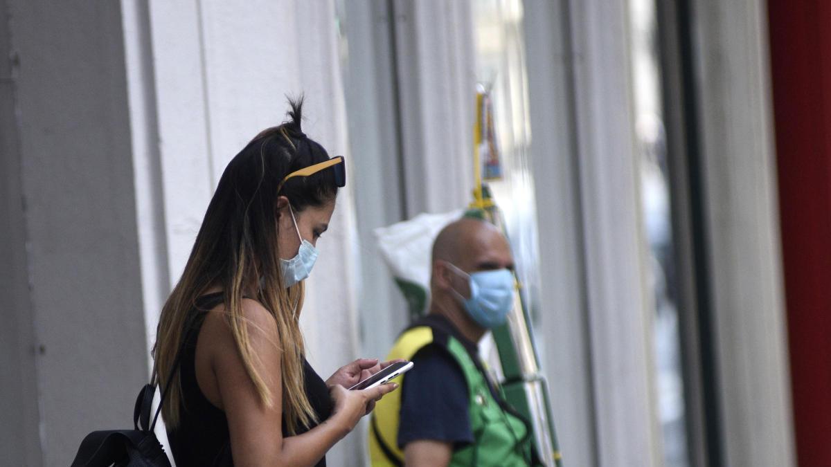 Una chica usando la aplicación de rastreo