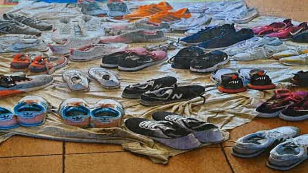 Pares de zapatillas falsificadas incautadas en el mercadillo.