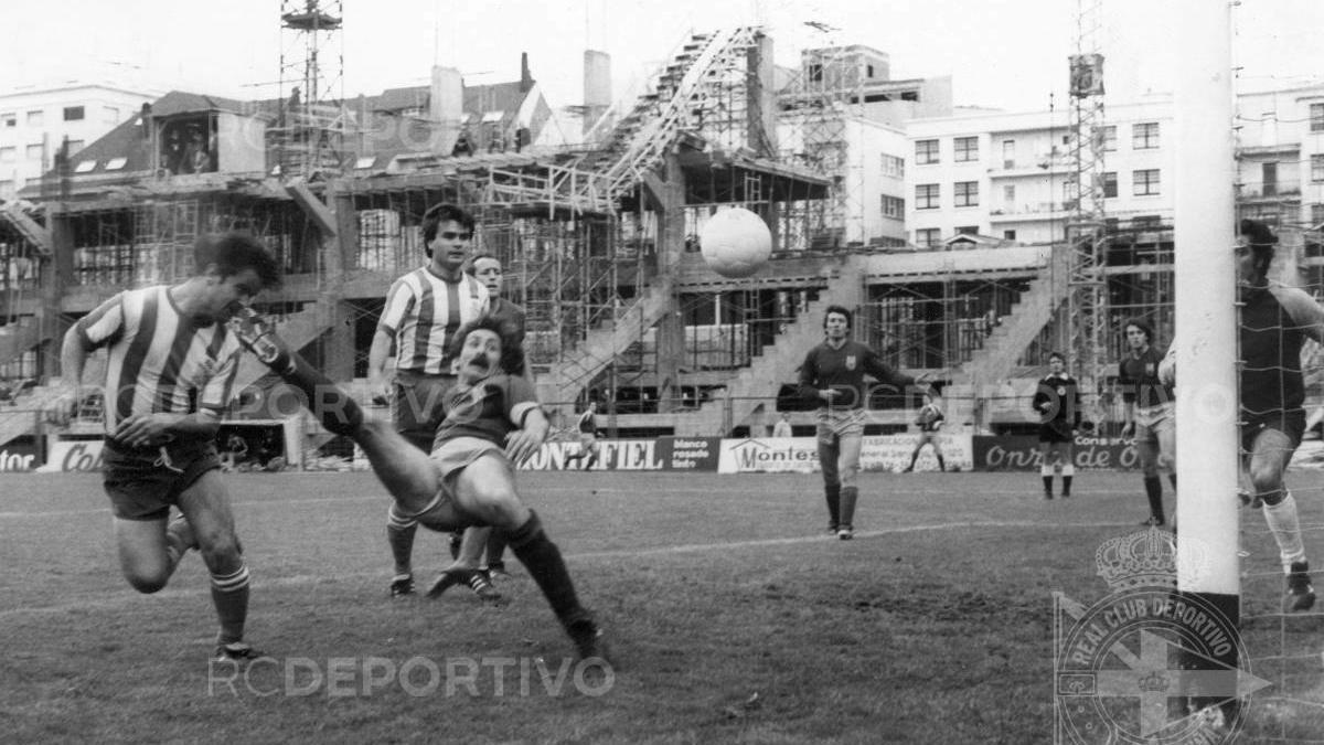 Castro cabecea a gol ante la oposición de Santos, con la Tribuna en obras.
