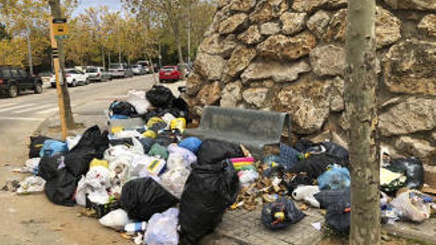 Les escombraries inunden una parada de bus a Figueres