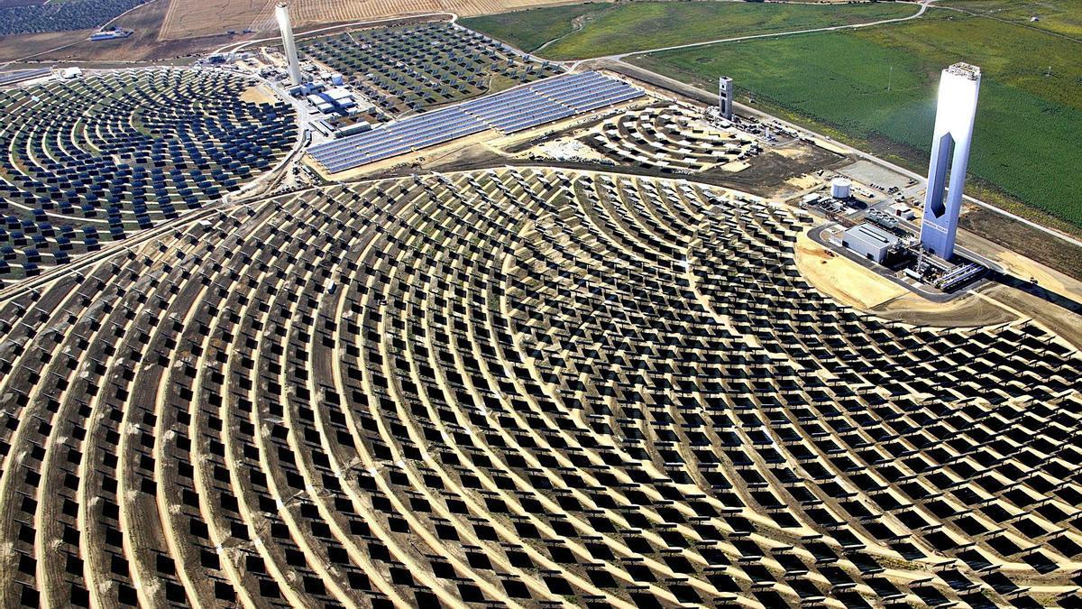 Plataforma solar de Abengoa en Sanlúcar La Mayor (Sevilla). | EFE