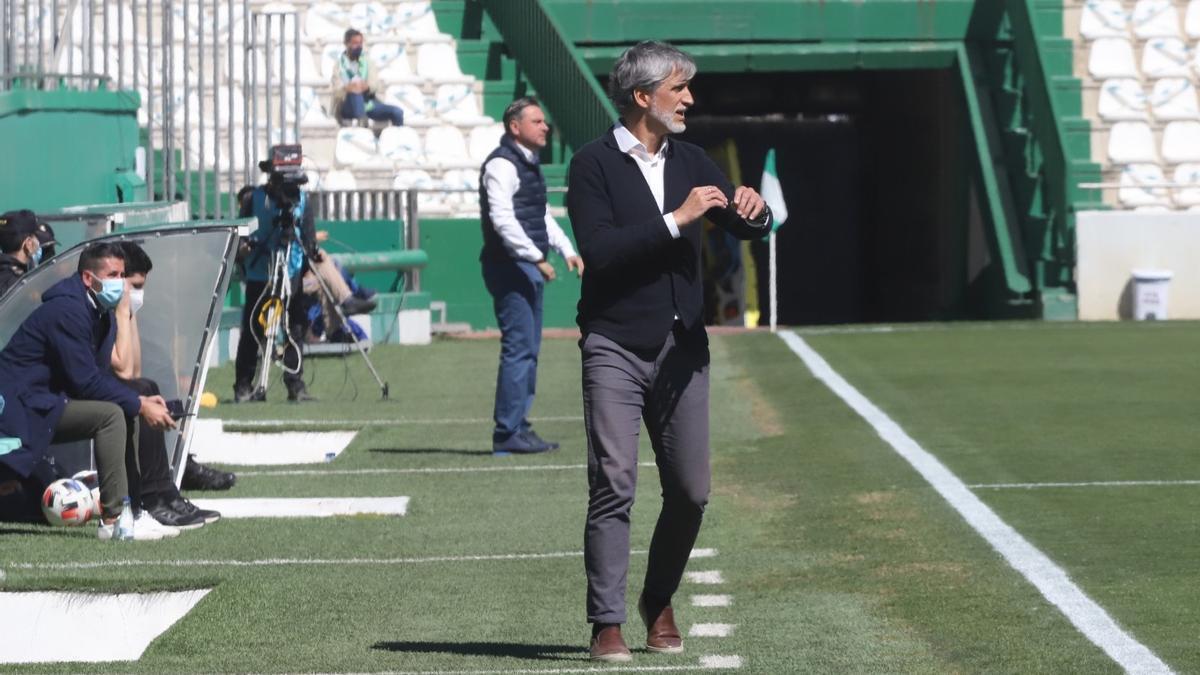 Pablo Alfaro en la banda de El Arcángel, durante el encuentro ante el Betis Deportivo.