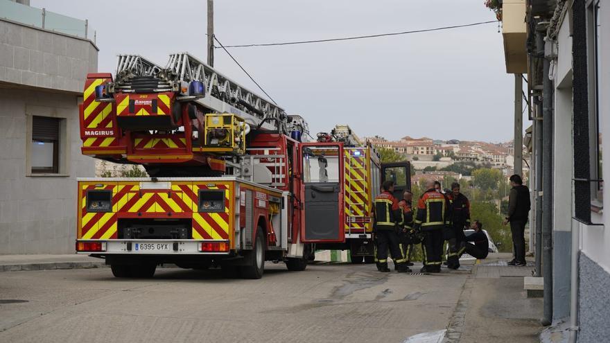 Los bomberos rescatan a un hombre del incendio de su casa en San Frontis
